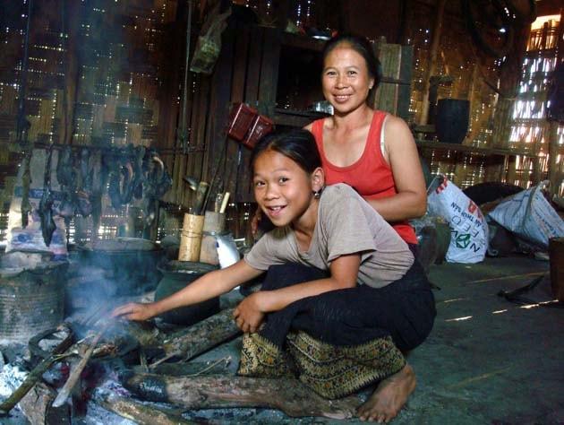 Artisanat authentique et équitable des villages du Laos et du Cambodge, écharpe et foulard en soie naturelle et en coton, teinture naturelle