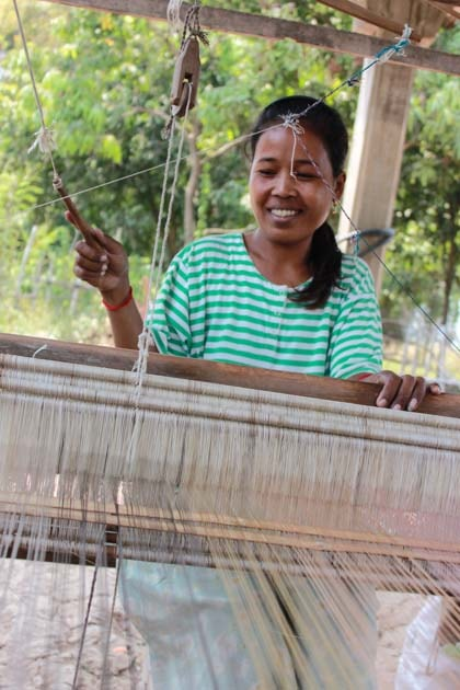 Artisanat authentique et équitable du Laos et du Cambodge, écharpe et foulard en soie naturelle et en coton, tisseuse des villages