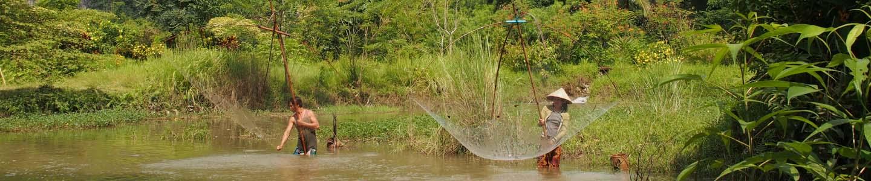 Instant de pêche au filet dans une rivière du Nord du Laos, Frangipanier artisanat des villages