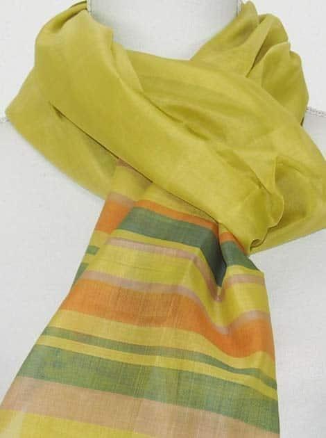 Echarpe en soie naturelle tissée à la main par les artisanes des villages du Cambodge - artisanat équitable - code 301105-f1