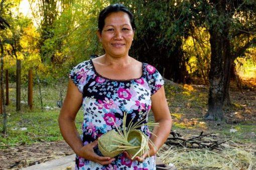 Artisanat authentique et équitable, artisane du bambou dans un village du Laos