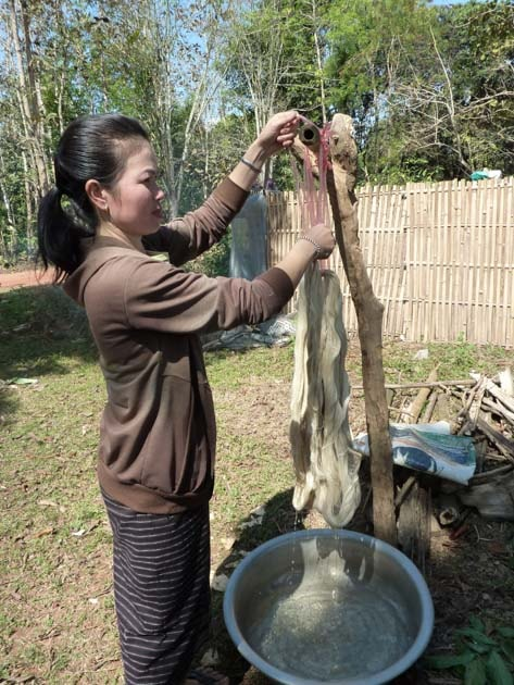 Artisanat authentique et équitable, teinture naturelle du coton et de la soie au Laos