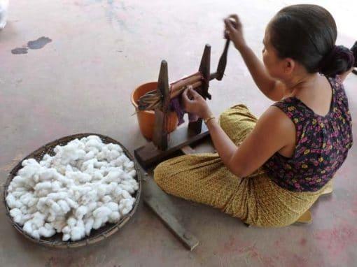 Artisanat authentique et équitable, préparation du coton au Laos
