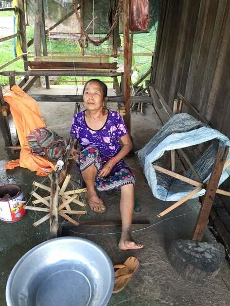 Artisanat authentique et équitable, fileuse de la soie naturelle dans un village du Laos