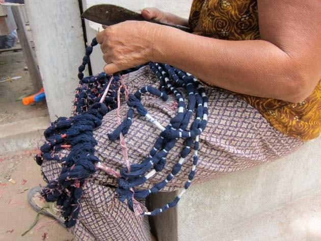 Artisanat authentique et équitable, artisane préparant l'Ikat au Laos