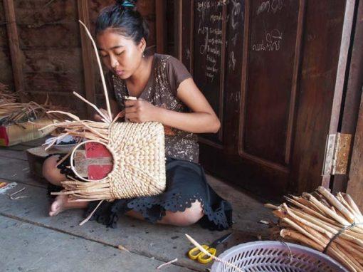 Artisanat authentique et équitable du Cambodge, paniers en jacinthe d'eau tressée