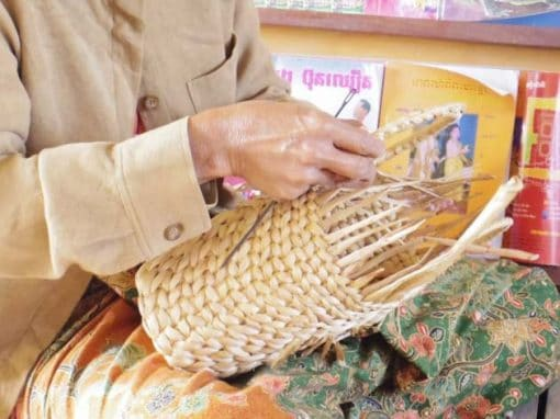 Artisanat authentique et équitable, artisane de la jacinthe d'eau dans un village du Cambodge