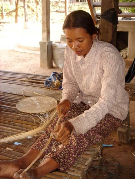 Artisanat authentique et équitable, artisane du rotin dans un village du Cambodge