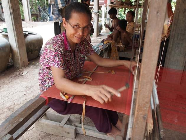 Artisanat authentique et équitable, une tisseuse sur son métier à tisser