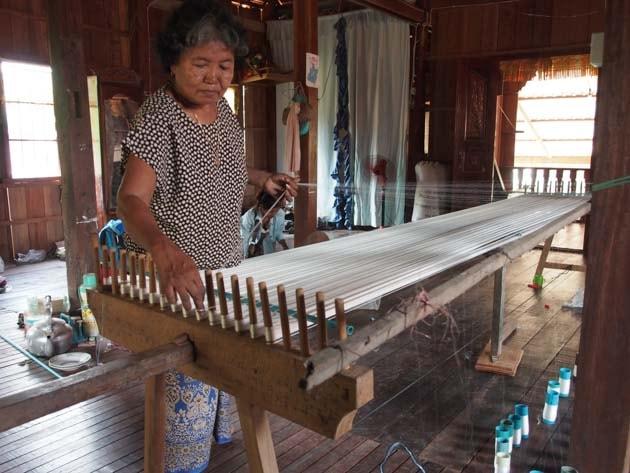 Artisanat authentique et équitable, préparation du métier à tisser la soie naturelle