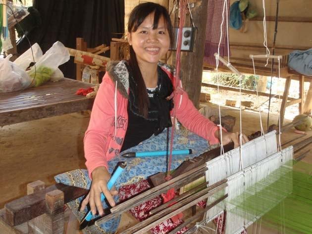 Artisanat authentique et équitable, tisseuse de la soie dans un village