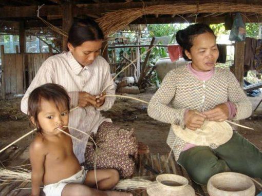 Artisanat authentique et équitable, artisanes du rotin dans un village du Cambodge