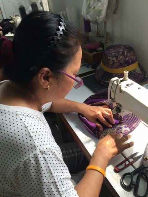 Artisanat authentique et équitable, artisane sacs batik dans un village de Thailande