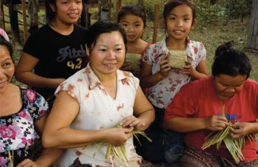 Artisanat authentique et équitable, des artisanes du bambou dans un village du Laos