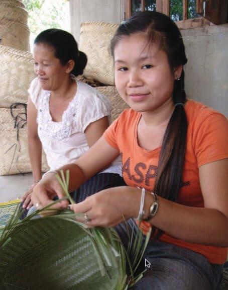 Artisanat authentique et équitable, une artisane du bambou dans un village du Laos