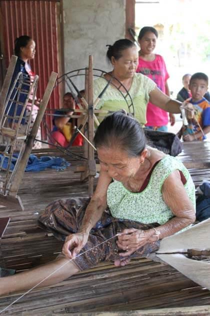 Artisanat authentique et équitable, des artisanes du coton dans un village du Laos
