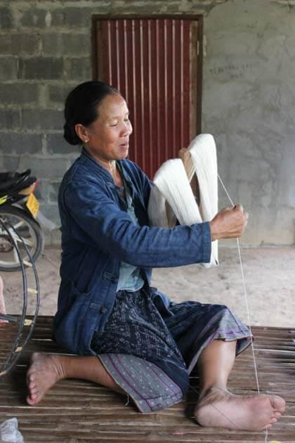 Artisanat authentique et équitable, une artisane du coton dans un village du Laos