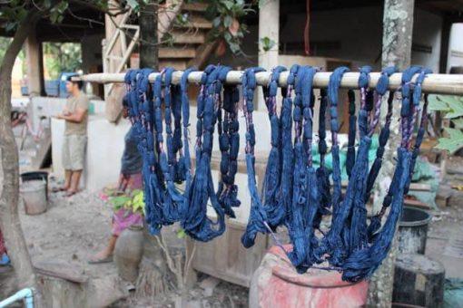 Artisanat authentique et équitable, le coton teinture ikat dans un village du Laos