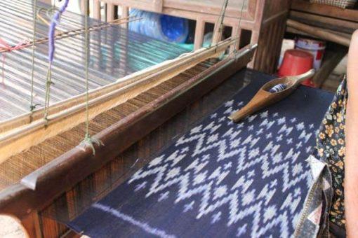 Artisanat authentique et équitable, métier à tisser avec tissu ikat