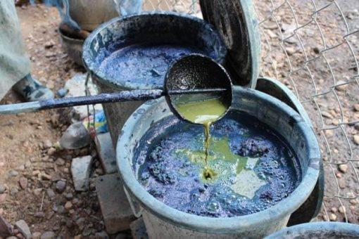 Artisanat authentique et équitable, dans un village du Laos, teinture naturelle indigo du coton