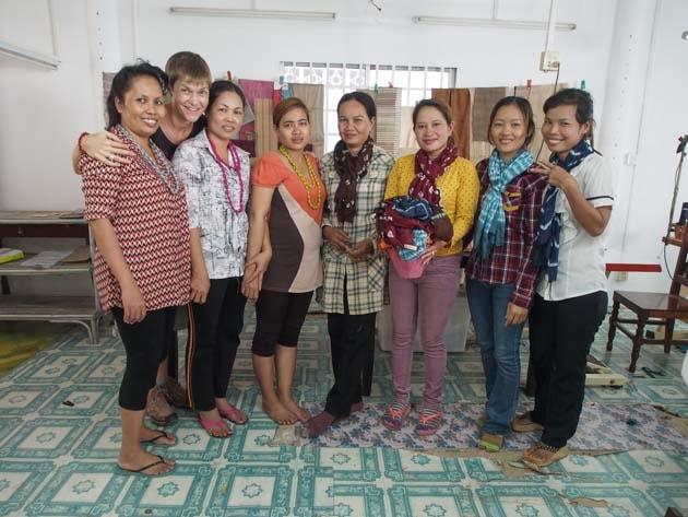 Artisanes du commerce équitable Frangipanier villages du Cambodge soie naturelle