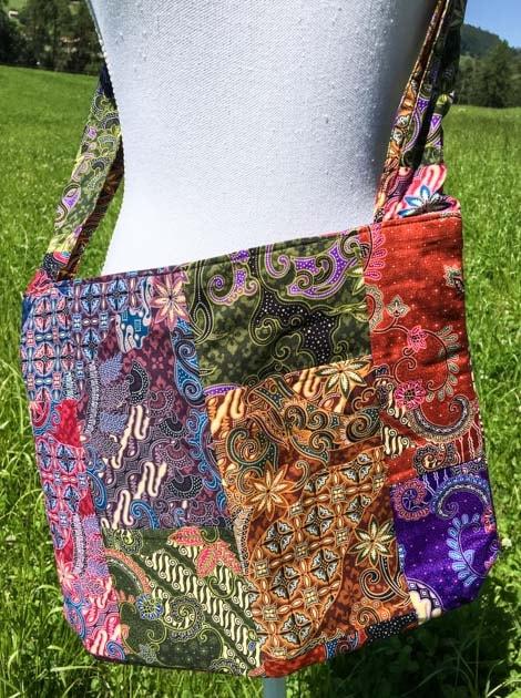 Sac bandoulière ou épaule en coton batik patchwork cousu à la main par les artisanes des villages de la Thaïlande - cadeau équitable - code 102106-f2