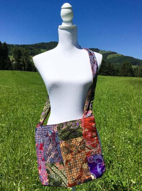 Sac bandoulière ou épaule en coton batik patchwork cousu à la main par les artisanes des villages de la Thaïlande - cadeau équitable - code 102106
