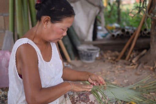 Frangipanier commerce équitable artisane du bambou au Loas