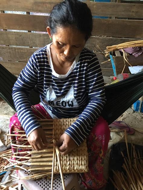 Frangipanier artisane de la jacinthe d'eau dans son village flottant du Cambodge - commerce équitable 2