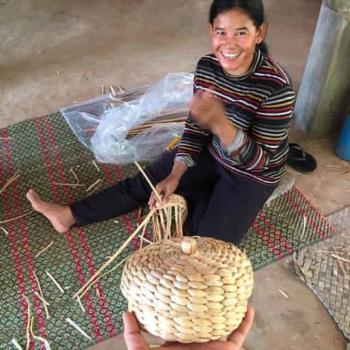 Frangipanier artisane de la jacinthe d'eau dans son village flottant du Cambodge - commerce équitable 4