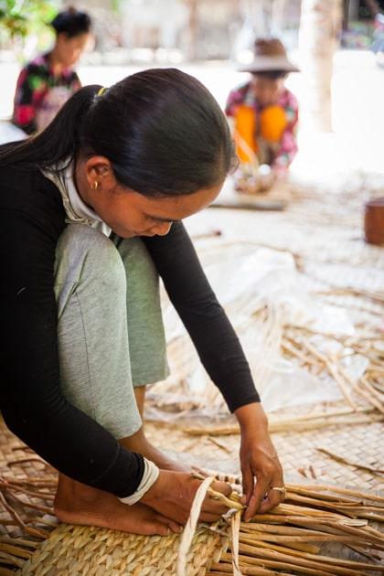 Frangipanier artisane de la jacinthe d'eau dans son village flottant du Cambodge - commerce équitable 6