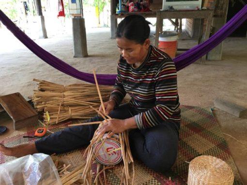 Frangipanier artisane de la jacinthe d'eau dans son village flottant du Cambodge - commerce équitable 8